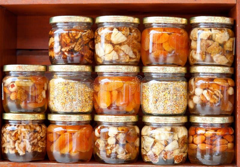 Honig mit Frucht und Muttern stockfotografie