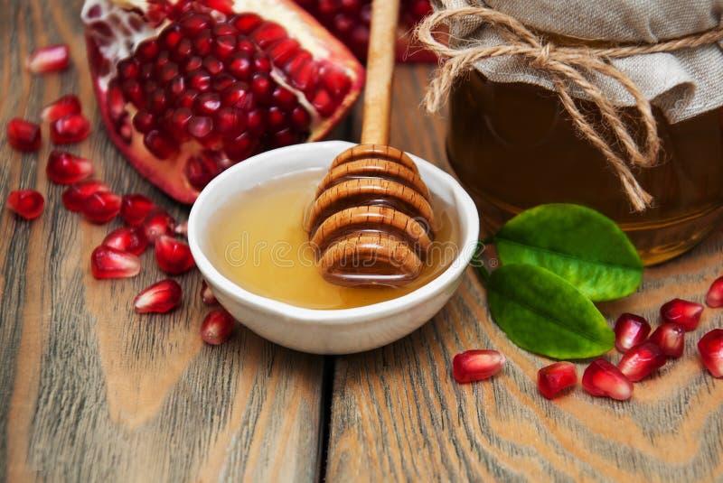 Honig mit Granatapfel lizenzfreie stockfotos