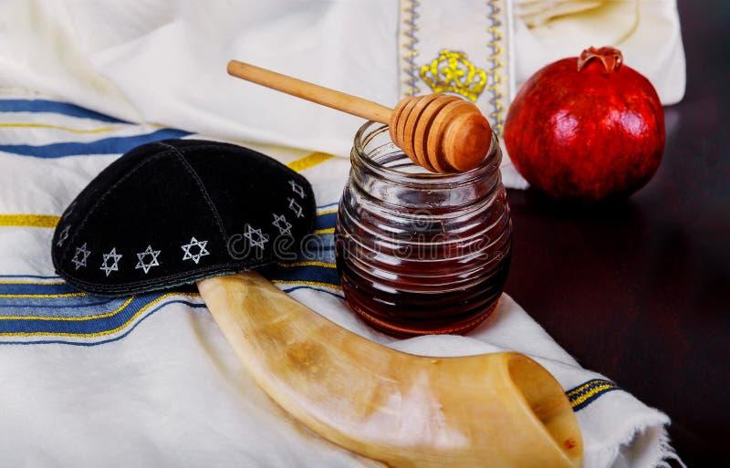 Honig und Äpfel auf jüdischem torah Feiertag Rosh Hashanah Buch, kippah ein yamolka talit lizenzfreie stockfotos