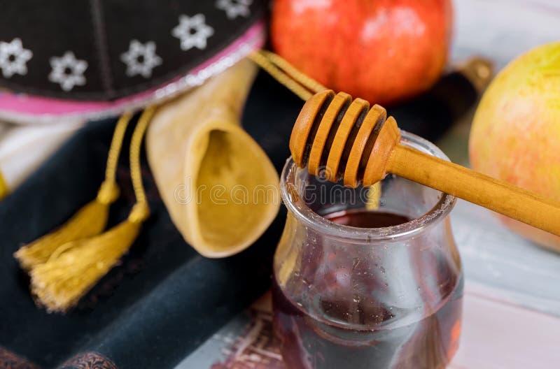 Honig und Äpfel auf jüdischem torah Feiertag Rosh Hashanah Buch, kippah ein yamolka talit stockfotos