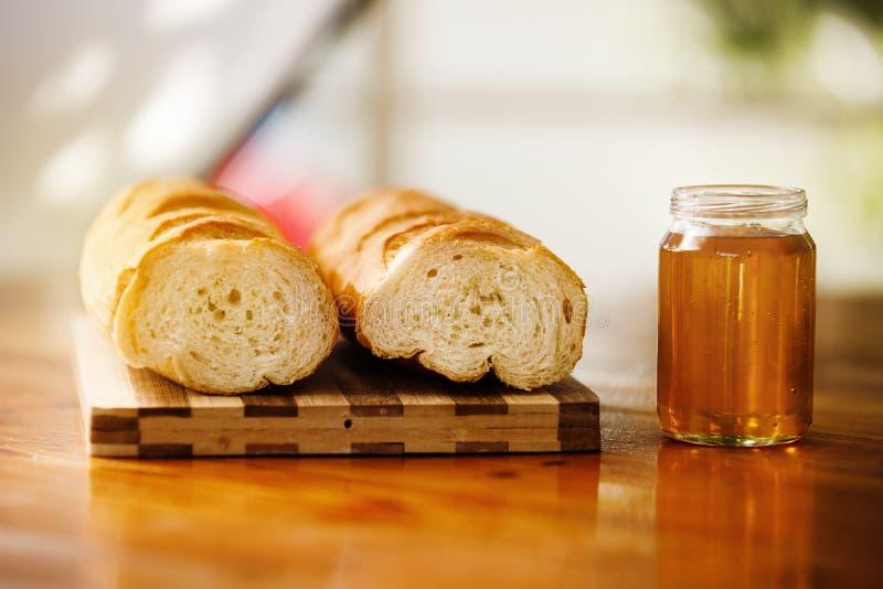 Honig und Brot auf dem Tisch stockfoto