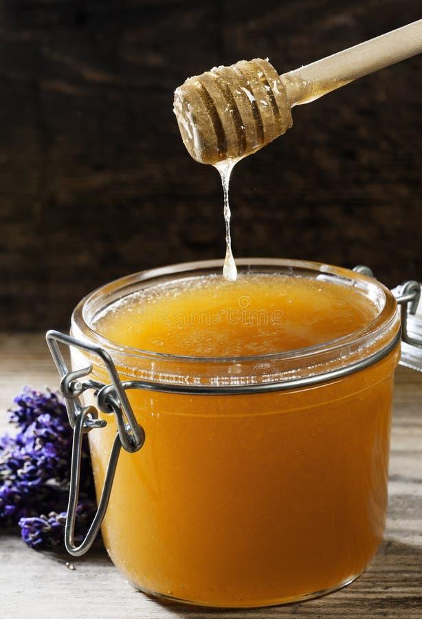 Honig und Glas mit Honig stockfotos