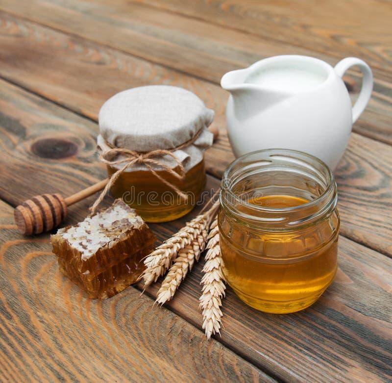 Honig und Milch stockfoto