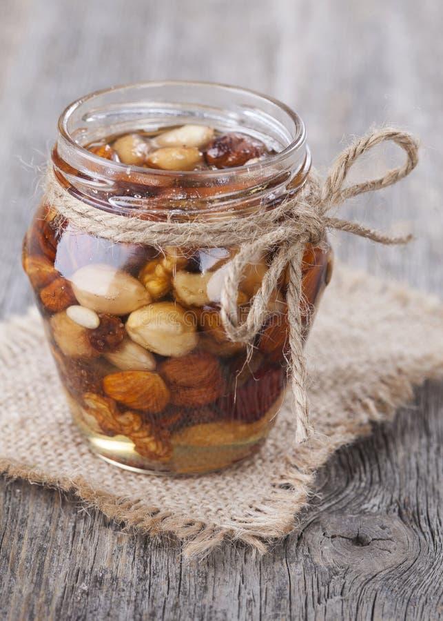 Honig und Mischnüsse lizenzfreie stockfotos