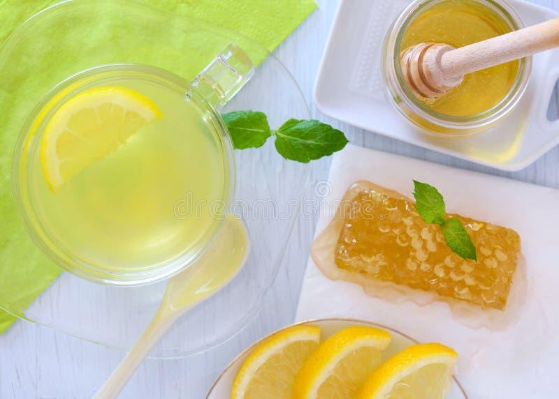 Frische Zitrone Mit Honig Und Glas Wasser Mit Scheibe Der ...