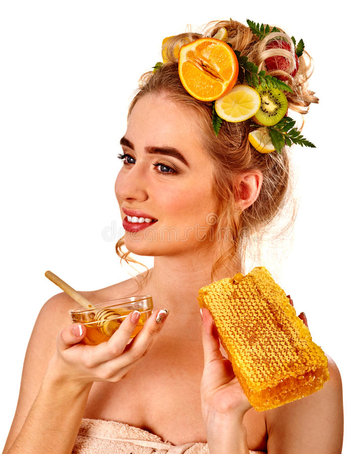 Honiggesichtsmaske mit frischen Früchten und Bienenwaben für Haar stockbilder