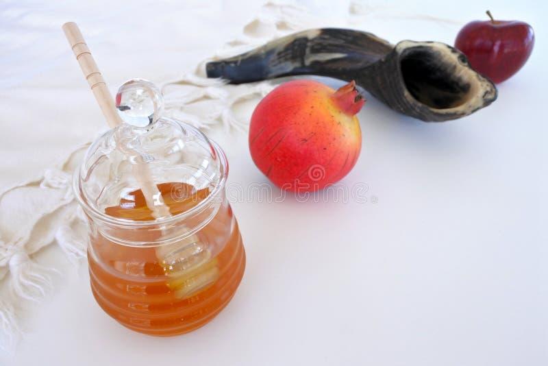 Honigglas, Granatapfel Shofar und roter Apfel lizenzfreie stockfotos