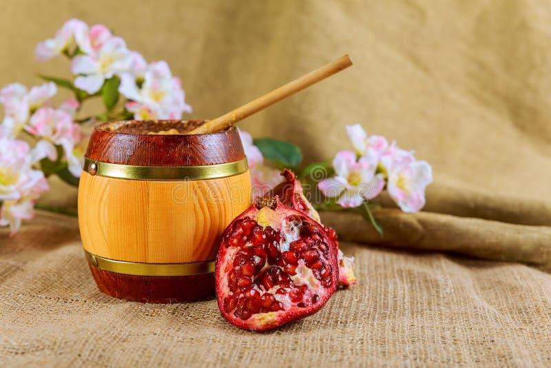 Honigglas und frische Äpfel mit Granatapfel über bokeh Hintergrund stockfoto
