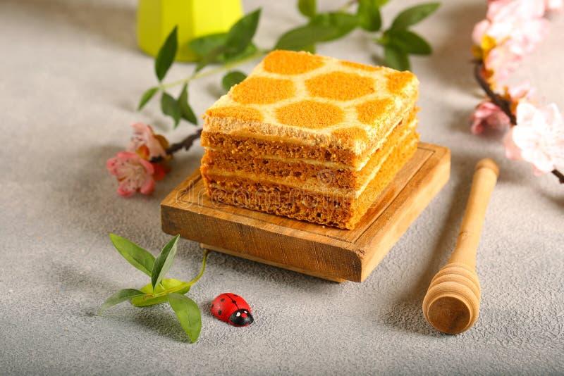 Honigkuchen auf einem h?lzernen Brett lizenzfreies stockbild