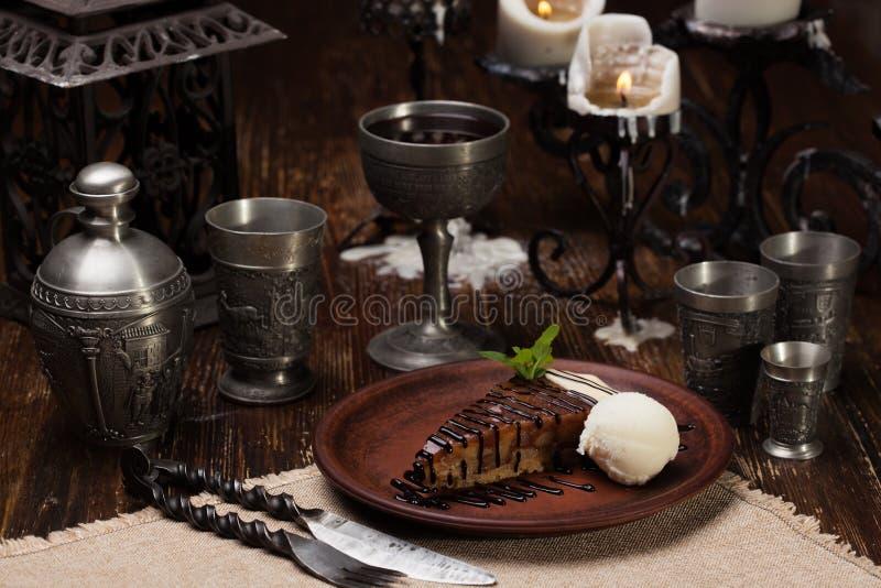 Honigkuchen mit einer Schaufel der Eiscreme stockbild