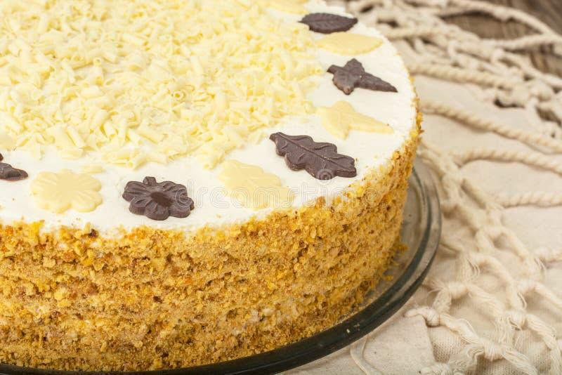 Honigkuchen mit Schlagsahne und weißer Schokolade lizenzfreie stockfotos