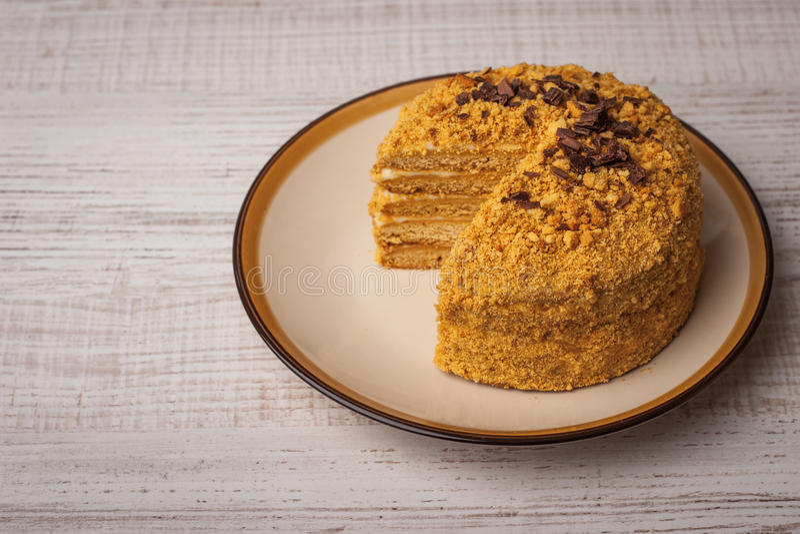 Honigkuchen mit Schokoladensplittern auf der keramischen Platte horizontal stockfoto