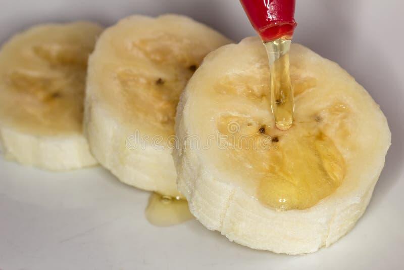 Honing die op plakken van banaan vallen royalty-vrije stock fotografie
