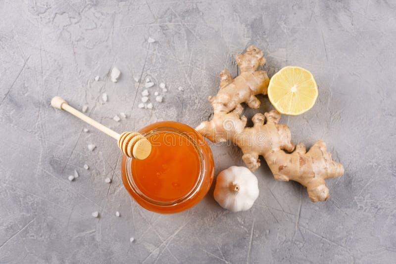 Honing in een glaskruik Anti-koude uitrusting met knoflookgember en citroen royalty-vrije stock afbeeldingen