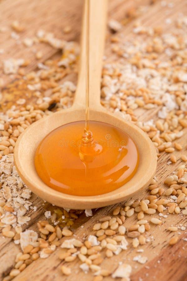 Honing in een houten lepel royalty-vrije stock foto's