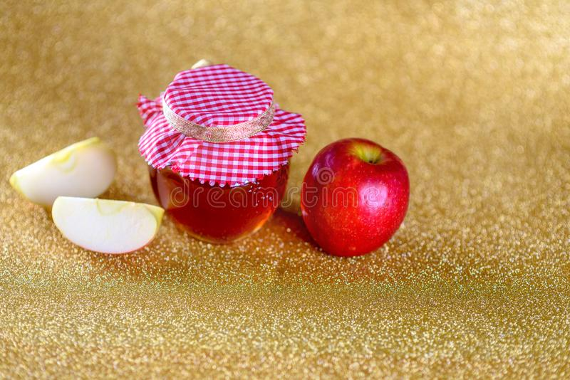 Honing en appelen over feestelijke gouden achtergrond stock afbeeldingen