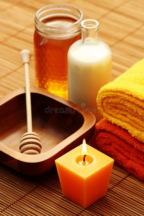 Honing en milk spa stock afbeeldingen