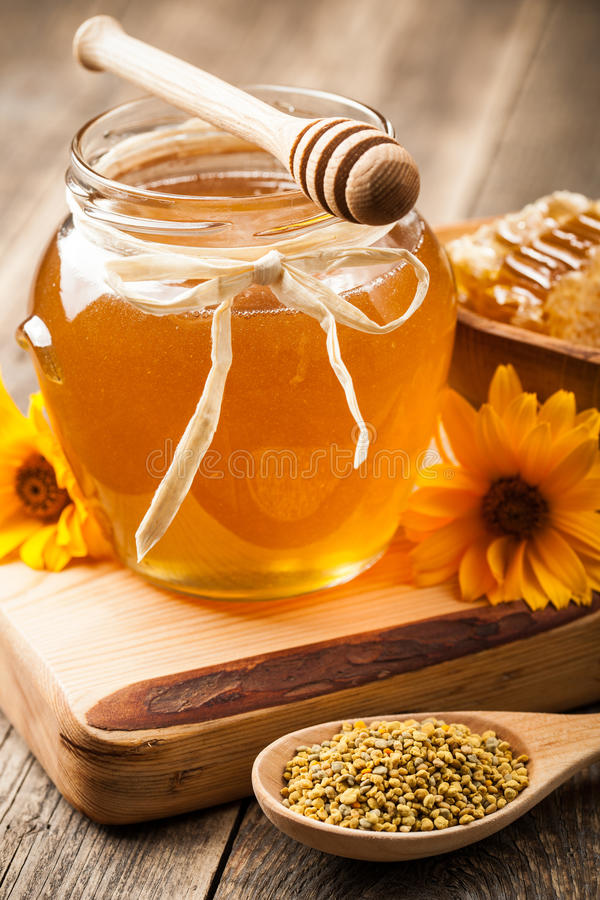 Honing in glaskruik op houten lijst stock afbeeldingen