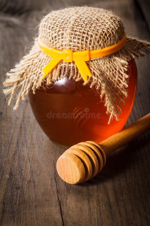 Honing in kruik stock foto
