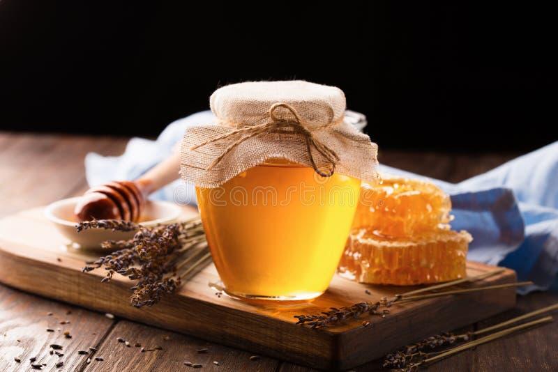 Honing in kruik en bos van droge lavendel stock foto