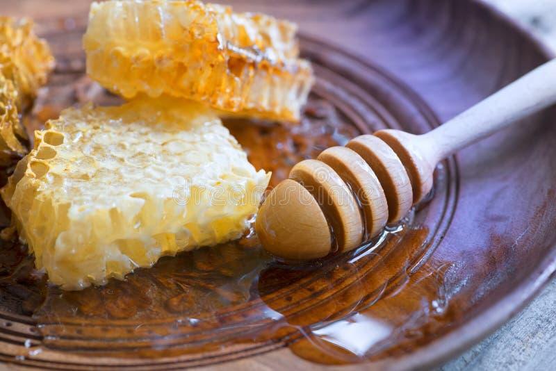 Honing in kruik met honingsdipper royalty-vrije stock afbeeldingen