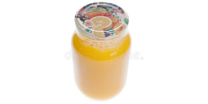 Honing in kruik op witte achtergrond wordt geïsoleerd die stock afbeeldingen