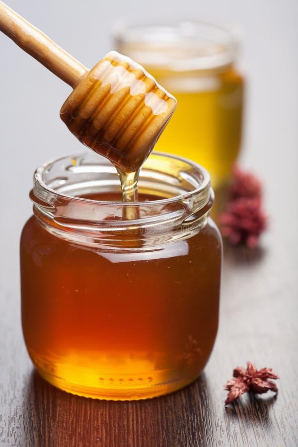 Honing in kruiken stock fotografie