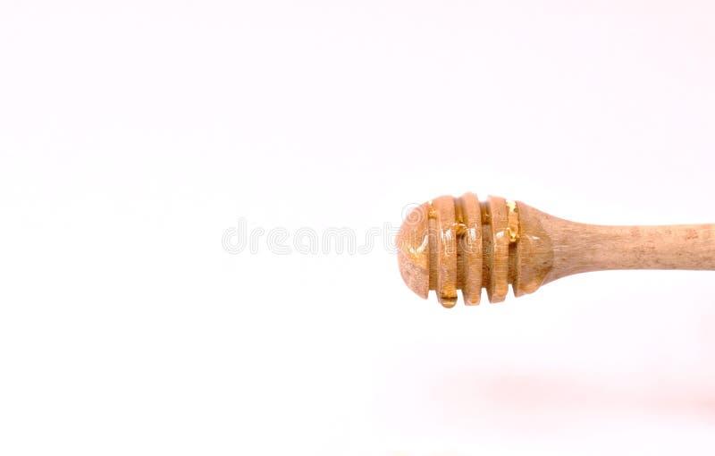 Honing op houten lepel op witte achtergrond royalty-vrije stock foto's