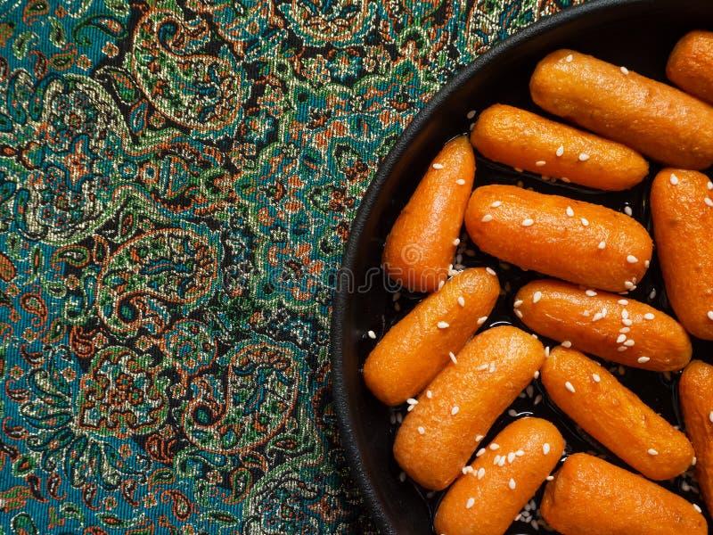 Honing verglaasde wortelen met sesamzaden Hoogste mening royalty-vrije stock afbeeldingen