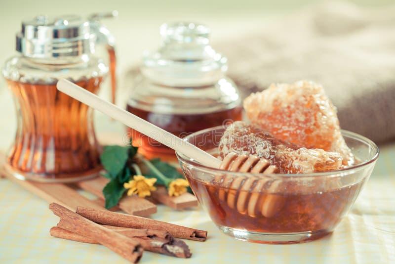 Honingraatingrediënt en honingsdipper stock foto's