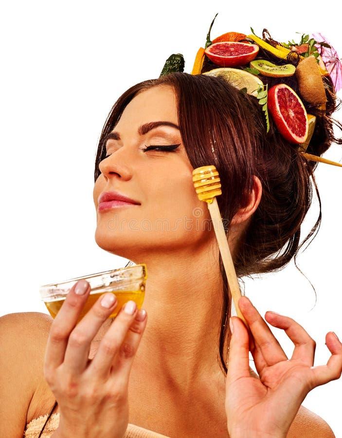Honings gezichtsmasker met verse vruchten voor haar en huid op vrouwenhoofd royalty-vrije stock foto's
