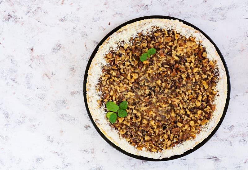 Honingscake met kwark, sinaasappelen en noten, met witte chocolade wordt verfraaid die royalty-vrije stock fotografie