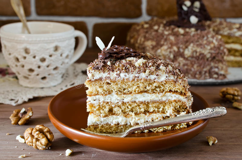 Honingscake met okkernoten en geraspte chocolade royalty-vrije stock afbeeldingen