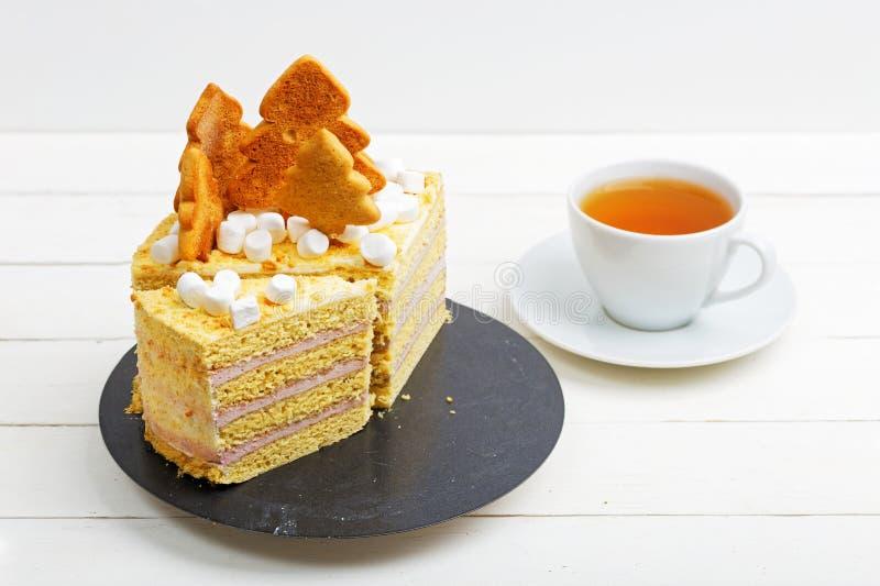 Honingscake met witte room, koekjes en heemst wordt verfraaid die stock afbeelding