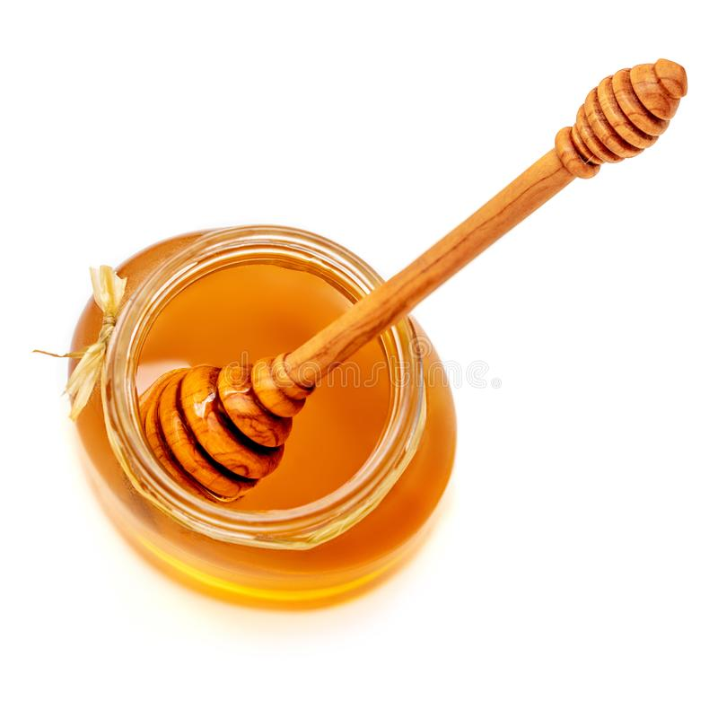 Honingsdipper en honing in kruik op witte achtergrond wordt geïsoleerd die Swee royalty-vrije stock afbeelding