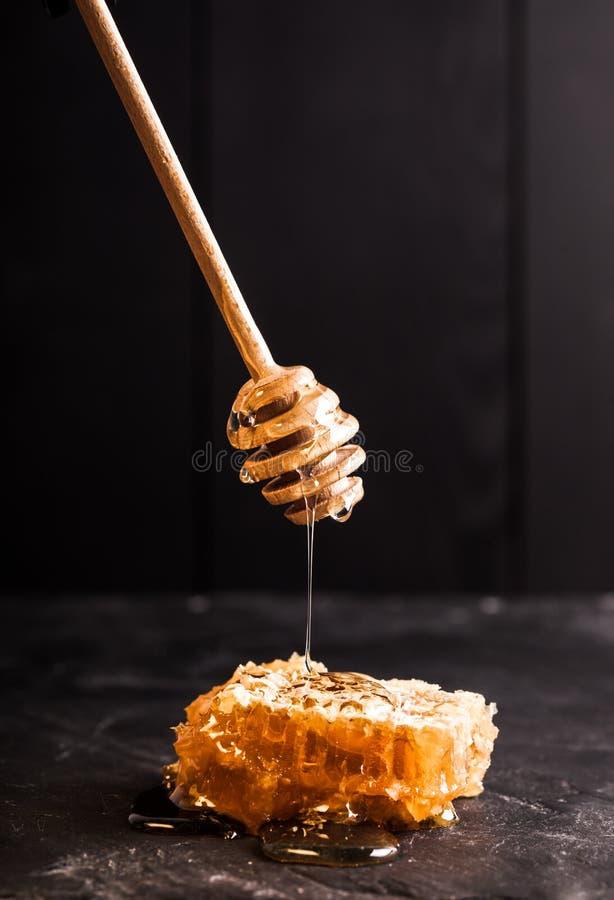 Honingsdruppel en kam royalty-vrije stock foto