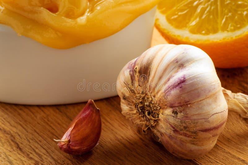 Download Honingsknoflook En Citroen Op Houten Rustieke Lijst Stock Foto - Afbeelding bestaande uit gezond, vitamine: 54091200