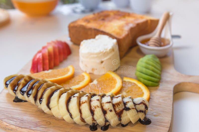 honingstoost en roomijs met Gemengd Fruit op brood stock foto's