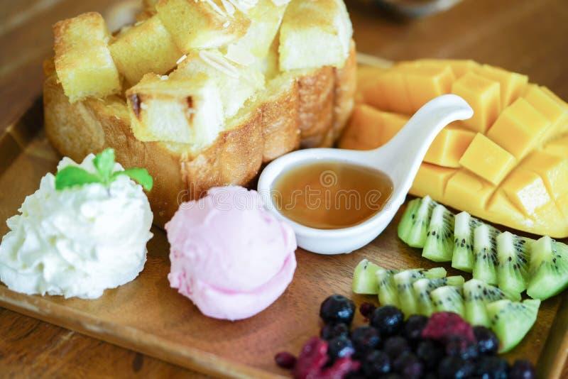 Honingstoost en roomijs met Gemengde Fruit en karamel royalty-vrije stock afbeelding