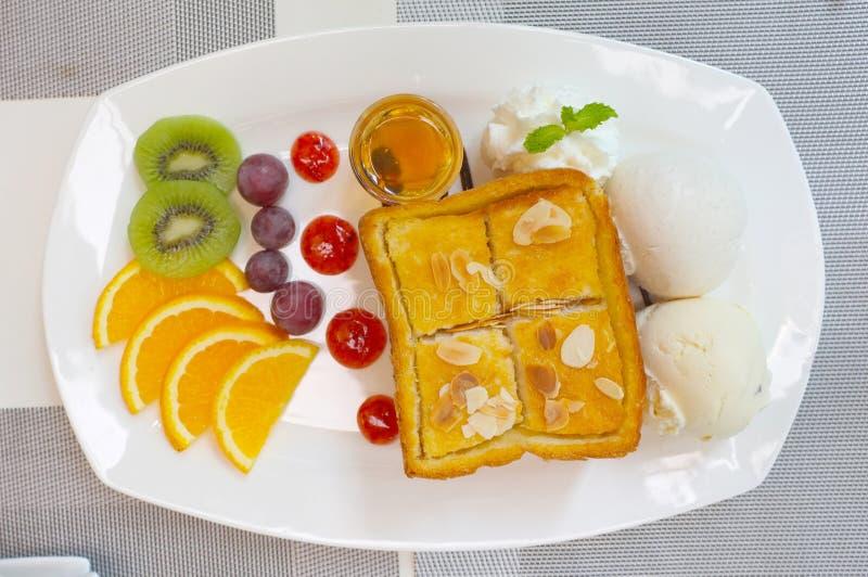 Honingstoost met gemengd fruit en roomijs stock afbeelding