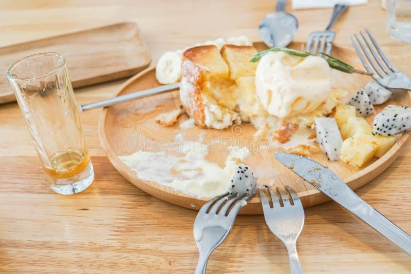 Honingstoost met vork en mes op houten lijst stock afbeelding