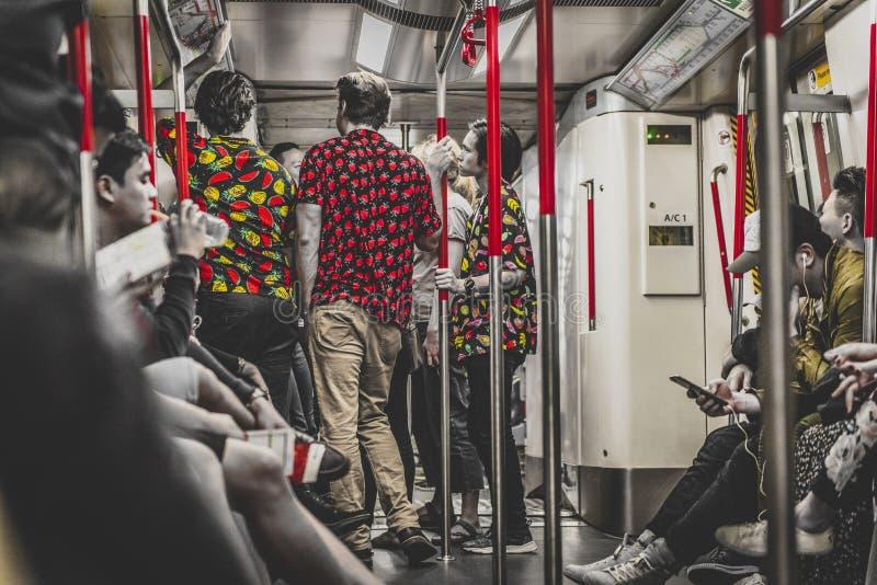 Honk Kong, November 2018 - mensen in metro stock afbeeldingen