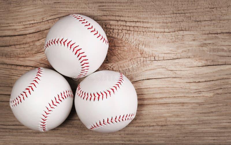 honkbal Ballen op houten achtergrond stock afbeeldingen