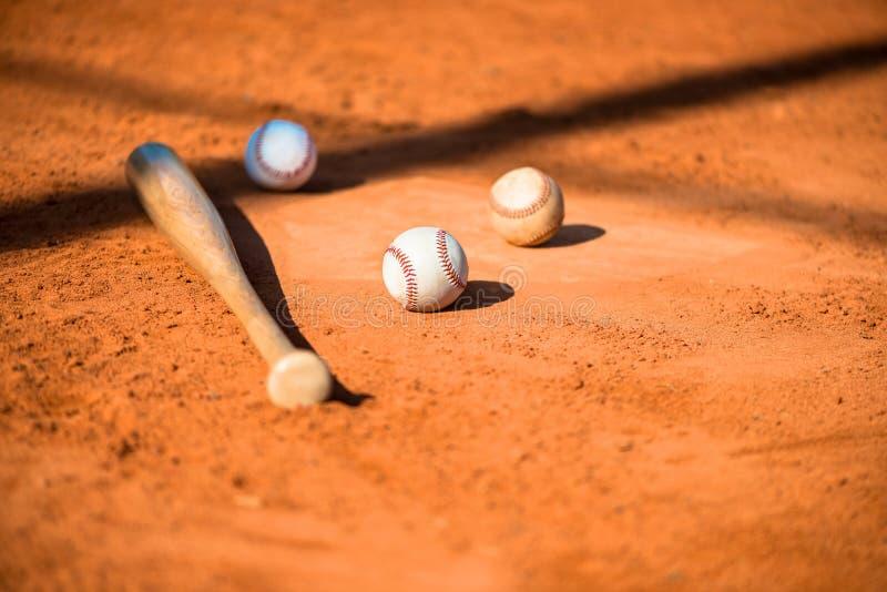 Honkbal en Knuppel op de Plaat van het Huis stock fotografie