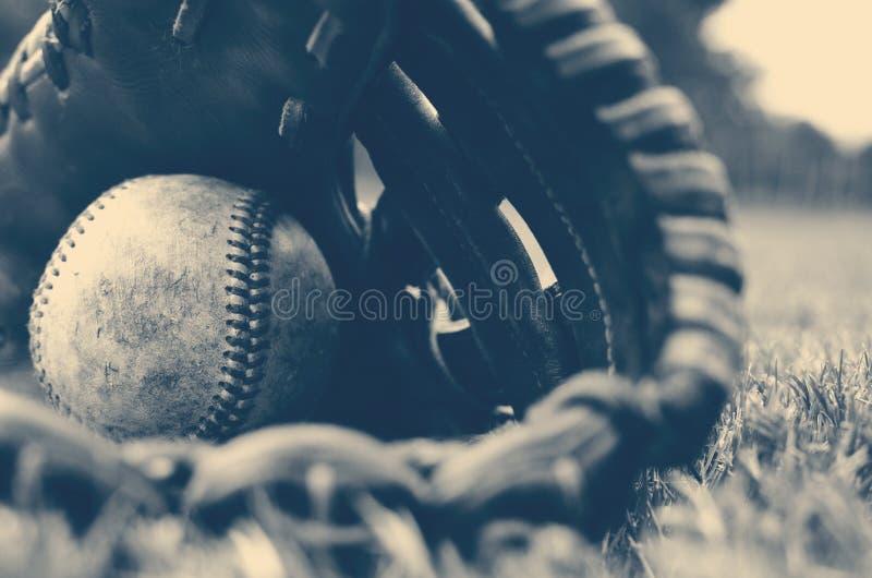 Honkbal in handschoen stock foto's