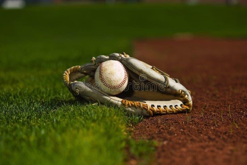 Honkbal in handschoen op het gebied royalty-vrije stock foto