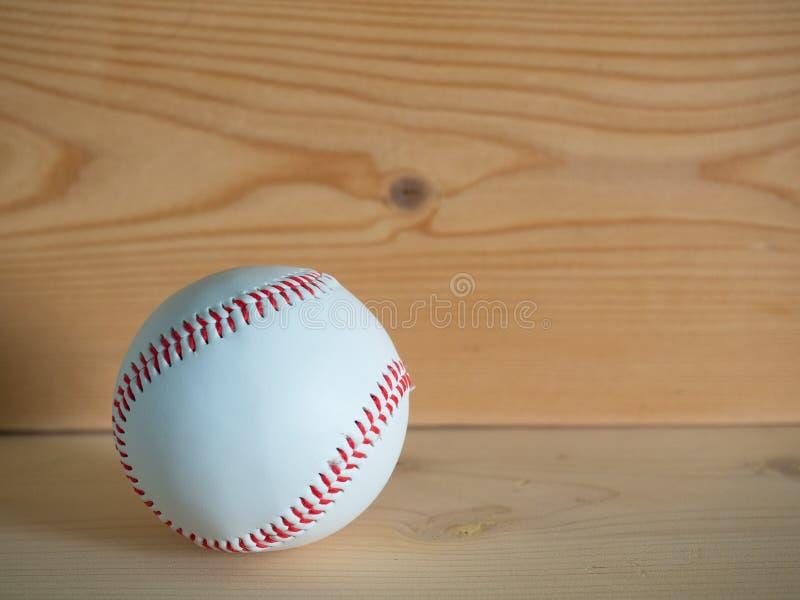 Honkbal op de houten vloer stock foto