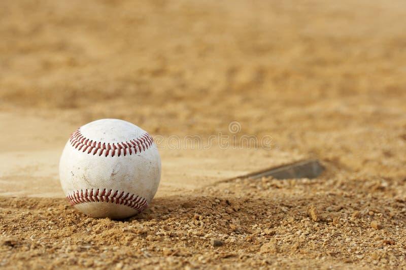 Honkbal in vuil stock foto's