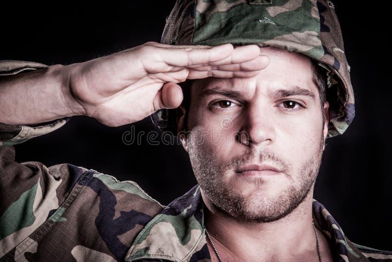 Honnör för militär man royaltyfri foto