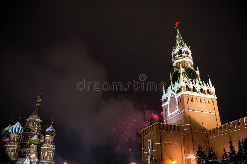 Honnör i heder av det nya året 2019 på den röda fyrkanten mot Kreml, Spasskaya torn royaltyfri fotografi